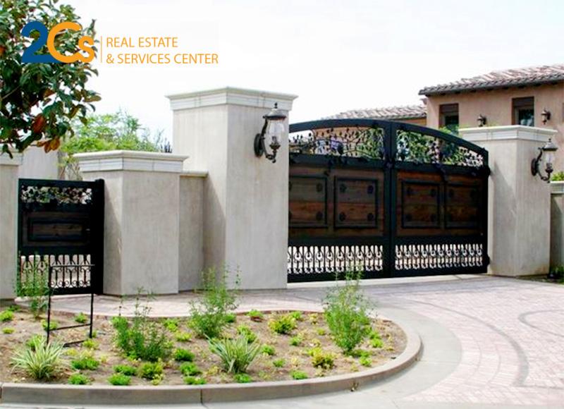 Cổng chính giúp bảo vệ ngôi nhà và mang lại vẻ đẹp tổng thể cho công trình